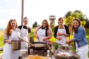 uživanje v ustvarjanju na kulinaričnem team buildingu