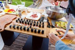 priprava sushija skupaj z ekipo na kuharski delavnici