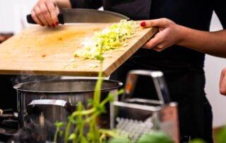 kulinariko lahko izvajamo tudi skozi online kulinarinči team building