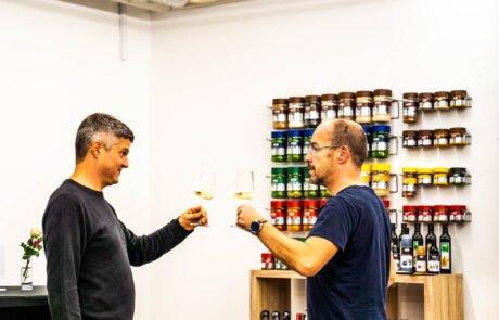 Boštjan Palčič in Marko Brinar nazdravljata na uspešne kulinarične teambuildinge