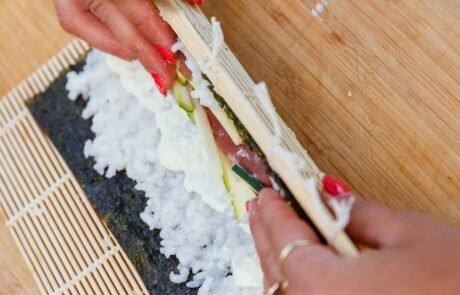 priprava sushija na kulinaričnem teambuildignu