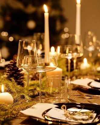 praznično obložena miza na božični kulinarični delavnici